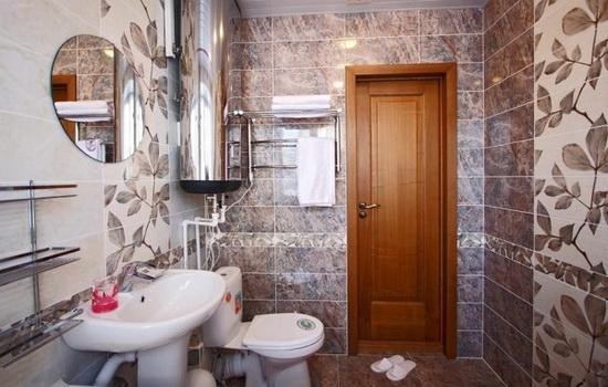 Derevyannye-dveri-v-interere-vannoj-komnaty
