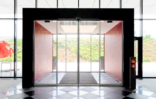 Dvojnoj-komplekt-dverej-s-tamburom-mezhdu-nimi