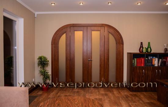 Elegantnye-korichnevye-dveri-arochnoj-formy