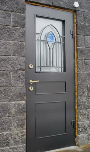 Stilnye-steklopaketnye-vhodnye-dveri-s-kovanoj-reshetkoj