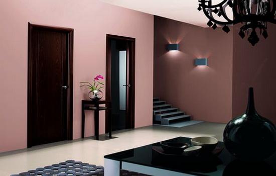 Temno-korichnevye-dveri-v-rozovom-interere-kvartiry